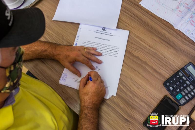 Assinatura da ordem de serviço para a execução dos trabalhos de Drenagem Pluvial e Pavimentação, no Bairro Carolino Barbosa